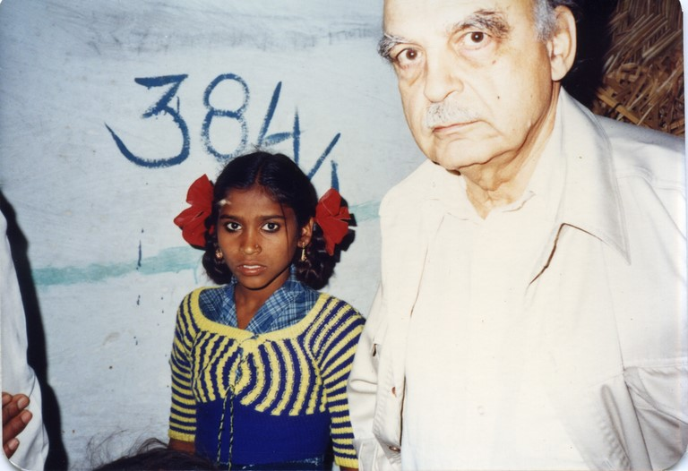 Bhopal 1985 Alfred de Grazia and little girl who escaped chemical disaster