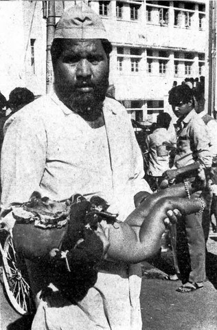 Bhopal 1984 Man with dead child