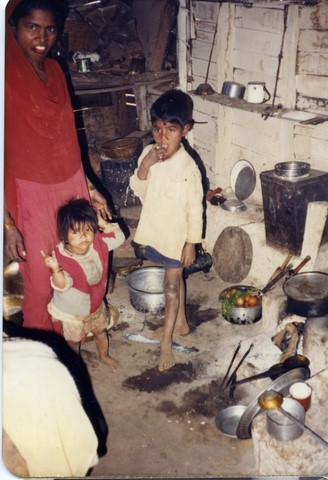 Bhopal 1985 slums dewelling across from Unon Carbide plant