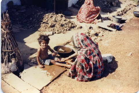 Bhopal 1985 slums across from Union Carbide plant